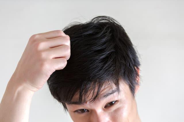 髪のベタつきが気になる男性