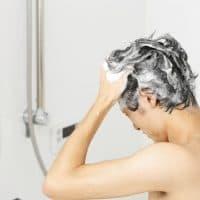 頭を洗う男性
